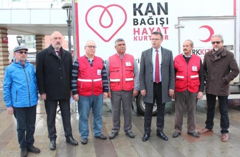 Depremzedeler için kan bağışında bulundular