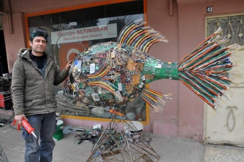 Çevre kirliliğine dikkat çekmek için atıklardan dev balık heykeli yaptı