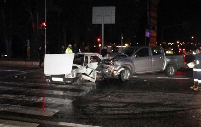 Otomobil ilekamyonet çarpıştı: 1 ölü, 6 yaralı