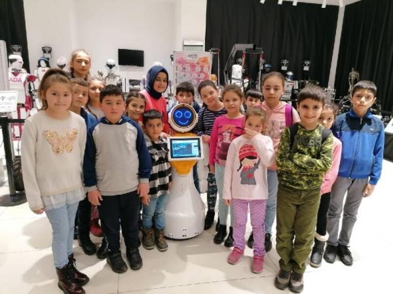 Öğrenciler karne hediyesi olarak robotla eğlendi