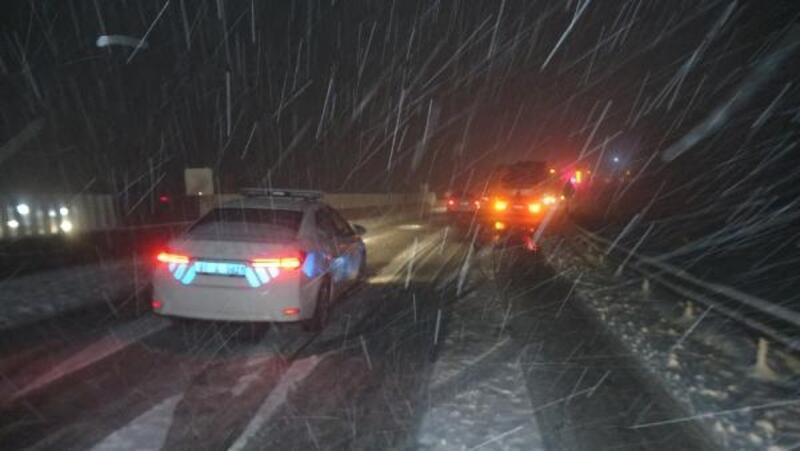 TIR'lar yolda kaldı, Bolu Dağı ulaşıma kapandı