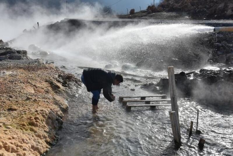 Topraktan fışkıran kaplıca suyu mahallelinin ilgi odağı