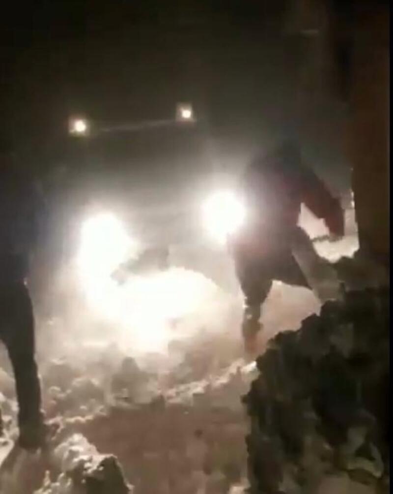 Bingöl'de karda mahsur kalanlar kurtarıldı