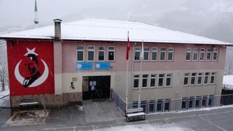 Duvarlarında çatlaklar oluşan okulun kapatılmasına, velilerden tepki