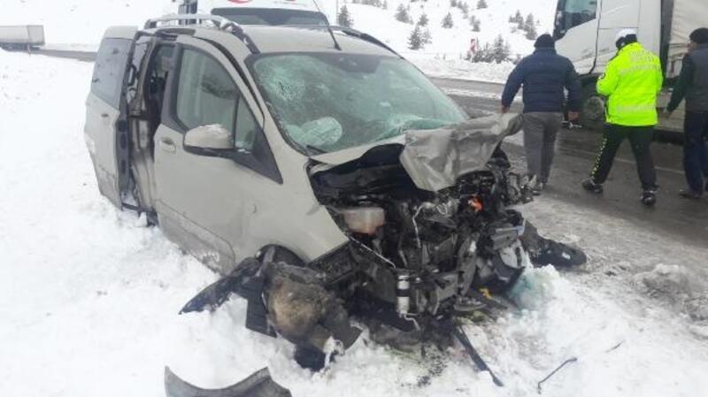 Sivas'ta hafif ticari araç ile TIR çarpıştı: 3 yaralı