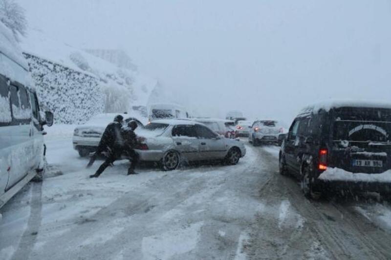 Bitlis'te 500 yerleşim yeri ulaşıma kapandı