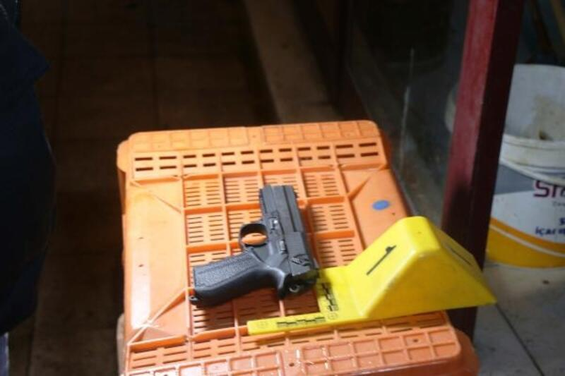 Polisin kovaladığı şüpheli tabancayı bırakıp kaçtı