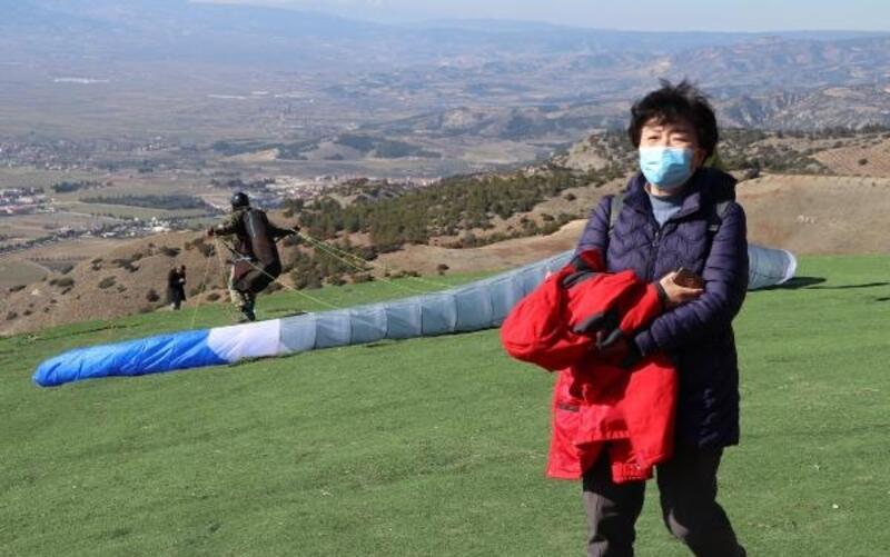 Yamaç paraşütü pilotları 'Koronavirüs'üne karşı maskeyle uçuyor