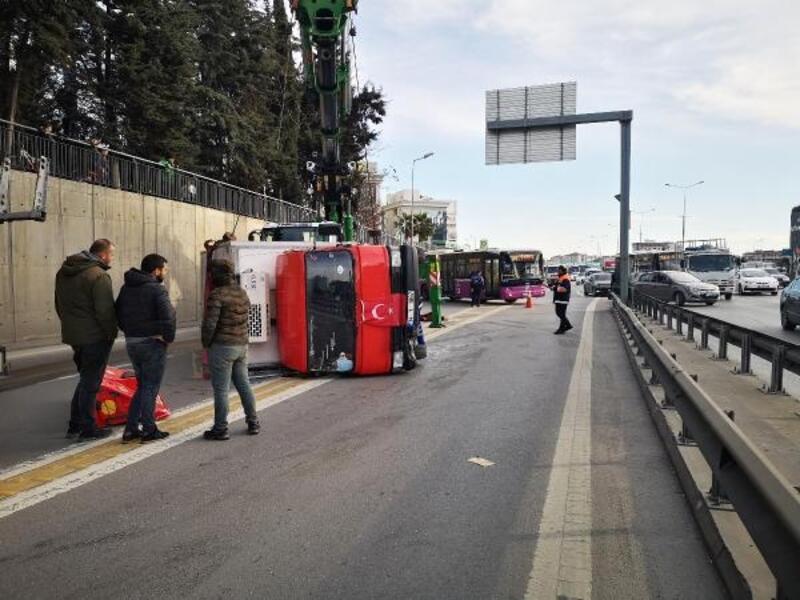 Kadıköy'de kamyonet devrildi; trafik yoğunluğu oluştu