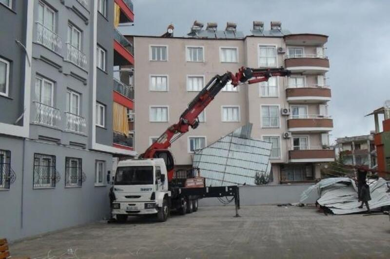 Apartmanın çatısı yan binanın bahçesine düştü