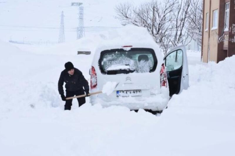 Van, Hakkari ve Bitlis'te bin 240 yerleşim yerinin yolu kardan kapandı