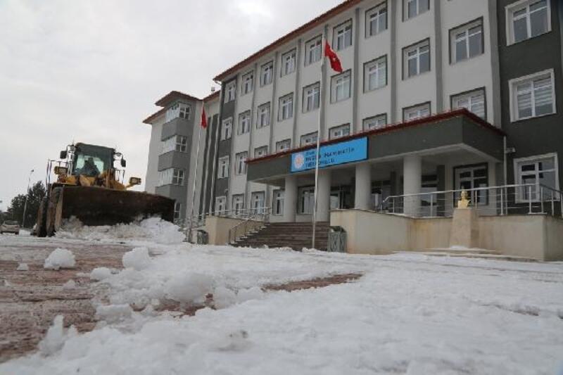 Sivas Belediyesi'nden okul bahçelerinde kar temizliği