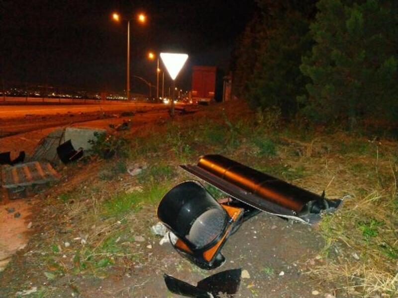 Alkollü TIR sürücüsü trafik ışıklarına çarptı