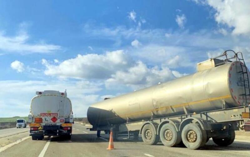 Seyir halindeki kamyondan kopan su tankeri korkuttu