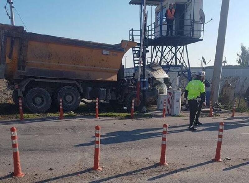 Hemzemin geçitte tren, kamyona çarptı: 1 ölü