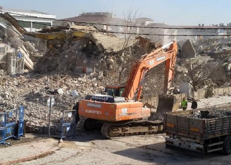 Elazığ'da, ağır hasarlı Petek Sitesi'ninyıkımı sürüyor