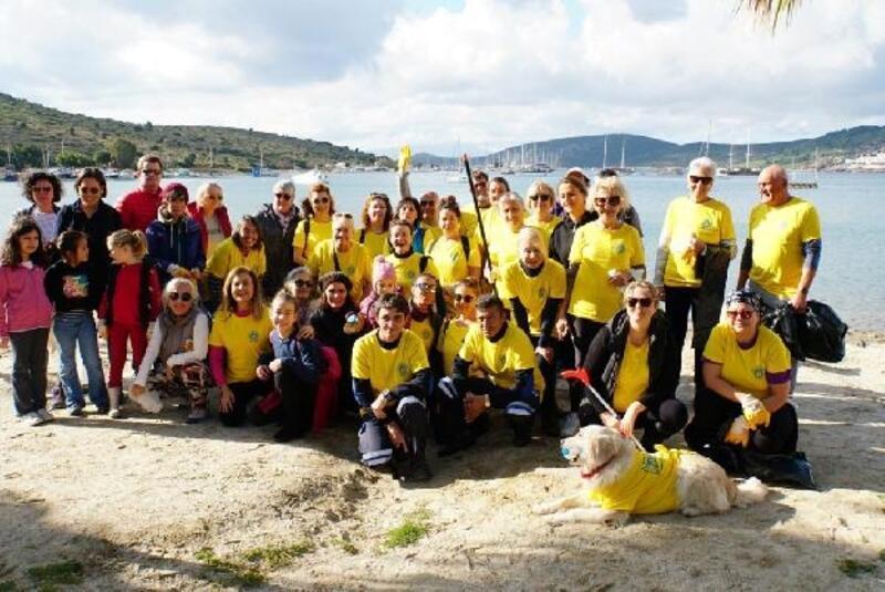 Çevre gönüllüleri Gümbet Koyu'nu temizledi