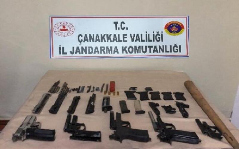 Uyuşturucu şüphelisi çok sayıda tabanca ile yakalandı
