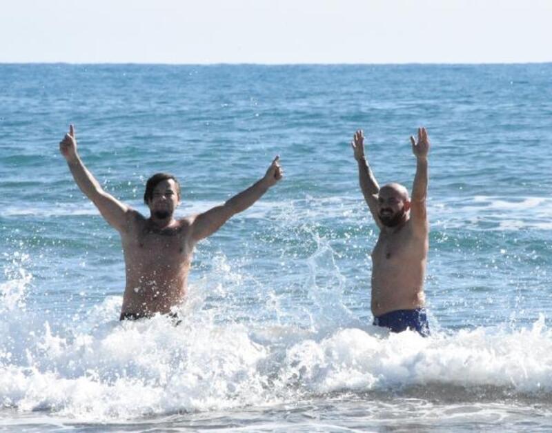 İki arkadaşın kış ortasında deniz keyfi