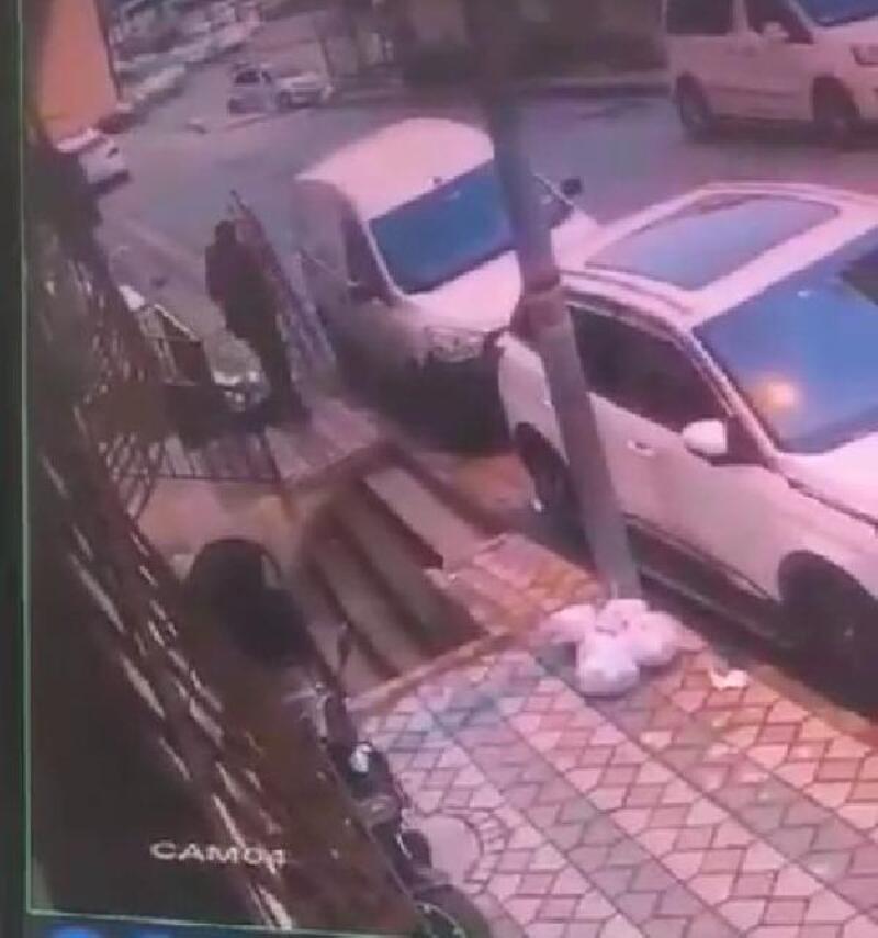Sultangazi'de merdiven çalan şüpheli kamerada