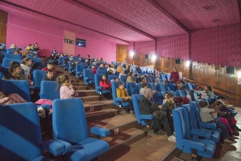 Karacabey'de binlerce öğrenci yarıyıl tatilinde sinemaya gitti