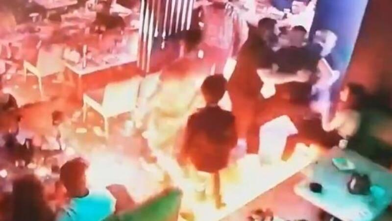 Beyoğlu'nda barda çıkan bıçaklı sopalı kavga kamerada