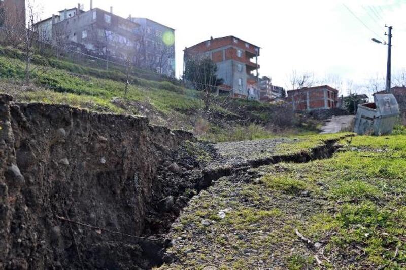 Heyelan meydana gelen arazide derin yarıklar oluştu, riskli bina boşaltıldı