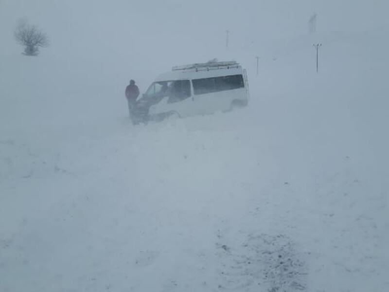 Tipide mahsur kalan minibüsteki 11 yolcu kurtarıldı