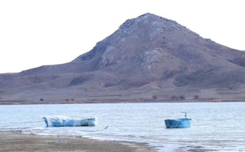 Göldeki balıkçı teknesine soğuğa karşı naylonlu koruma