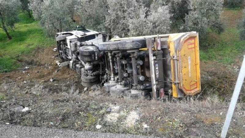 Hafriyat kamyonu şarampole yuvarlandı; sürücü yaralandı
