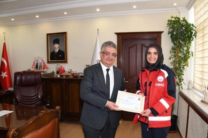 Vali Pekmez, UMKE görevlisi Emine ve arkadaşlarını ödüllendirdi