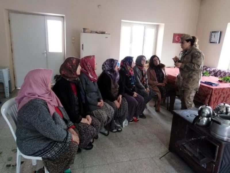 Jandarma, kadın çiftçilere KADES'i tanıttı