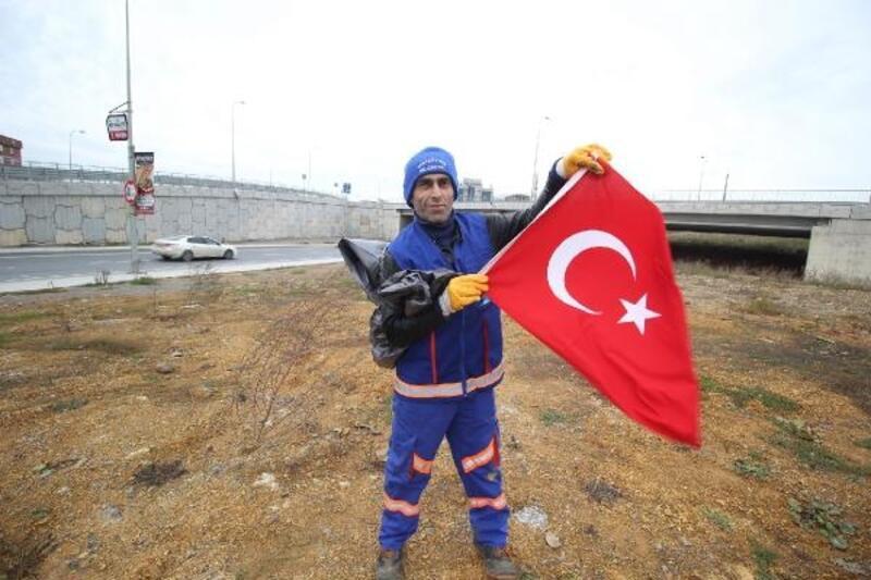 Temizlik işçisi, Türk Bayrağı'nı çamurdan çıkarıp temizledi