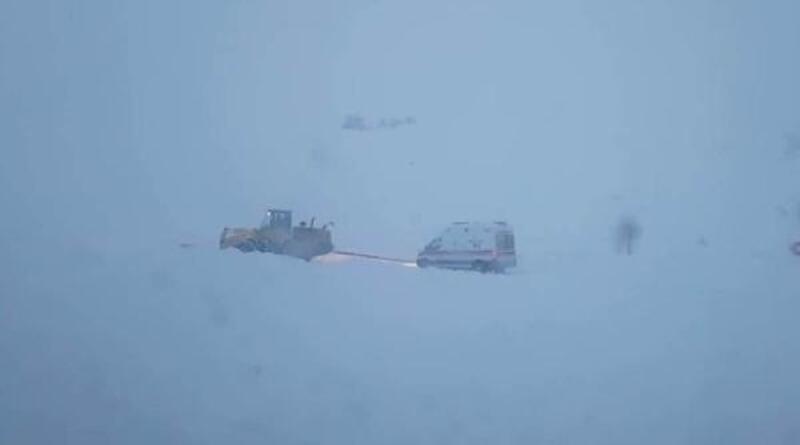 Kar nedeniyle ambulans yolda kaldı, hasta 11 saatte hastaneye ulaştırıldı