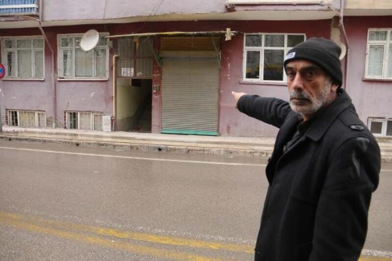 Depremde hasar gören apartmanların demir kapıları çalındı