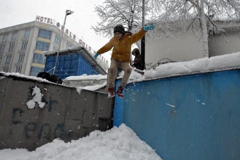 Van'da, çocukların kar eğlencesi