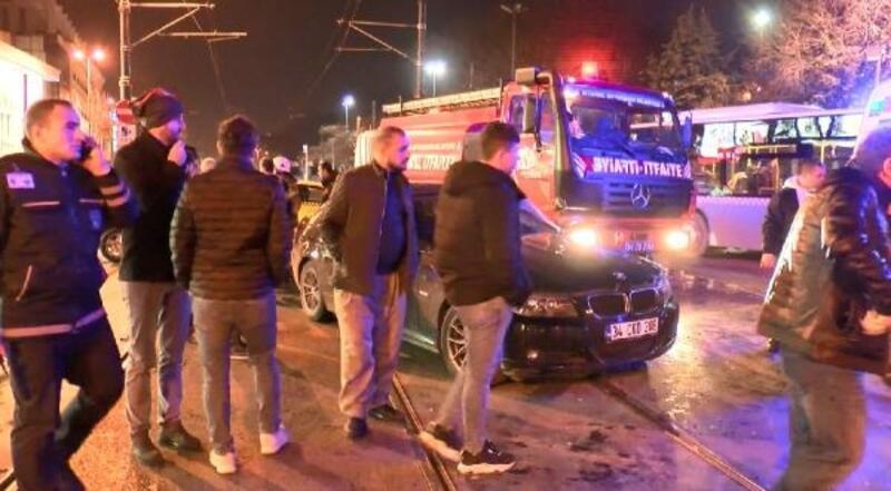 Beyazıt'ta tramvay yolunda itfaiye aracı otomobile çarptı; tramvay seferleri aksadı