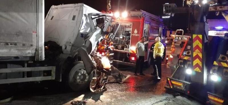 TEM Otoyolu'nda 2 kamyon çarpıştı, trafik oluştu