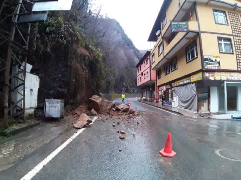 Çamlıhemşin'de yola düşen kayalar için önlem isteği