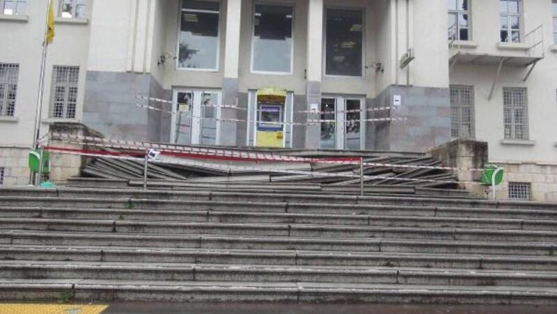 90 yıllık binanın merdivenleri çöktü