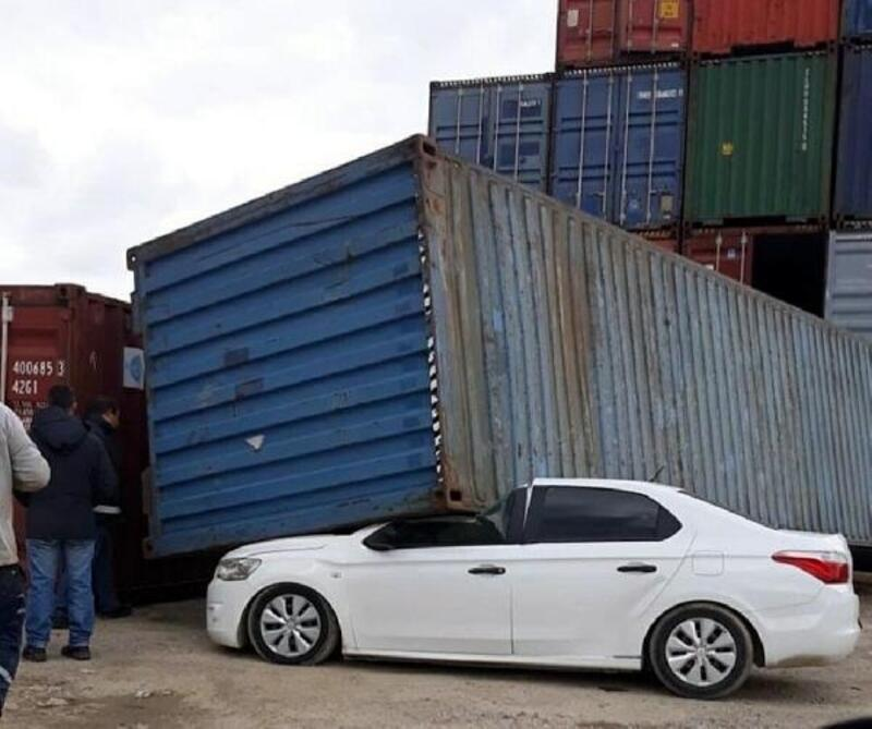 Aşırı rüzgar konteyneri devirdi, sağanak yağış denizi taşırdı