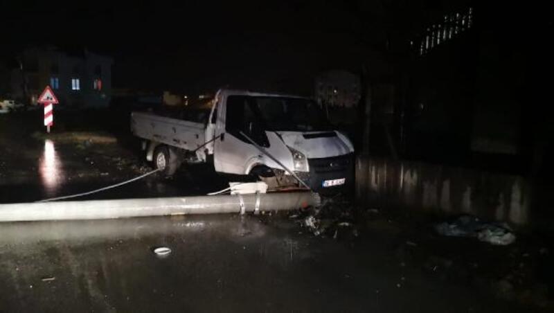 Kontrolden çıkan kamyonet, çarptığı direği devirdi: 2 yaralı