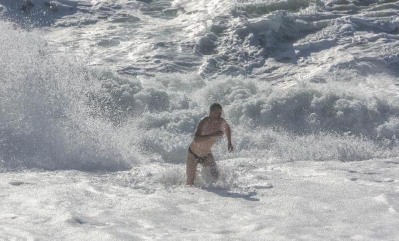 Rus turist, dev dalgalar arasında yüzdü