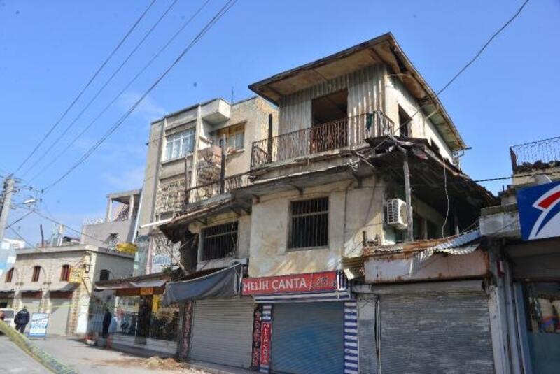 Adana'da duvarı çöken binanın yıkılma tehlikesi var