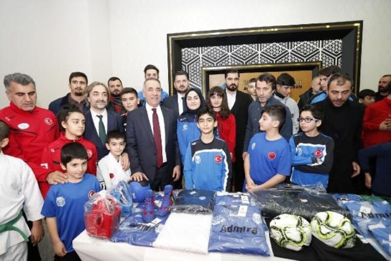 Sultangazi'de amatör spor kulüplerine malzeme dağıtımı yapıldı