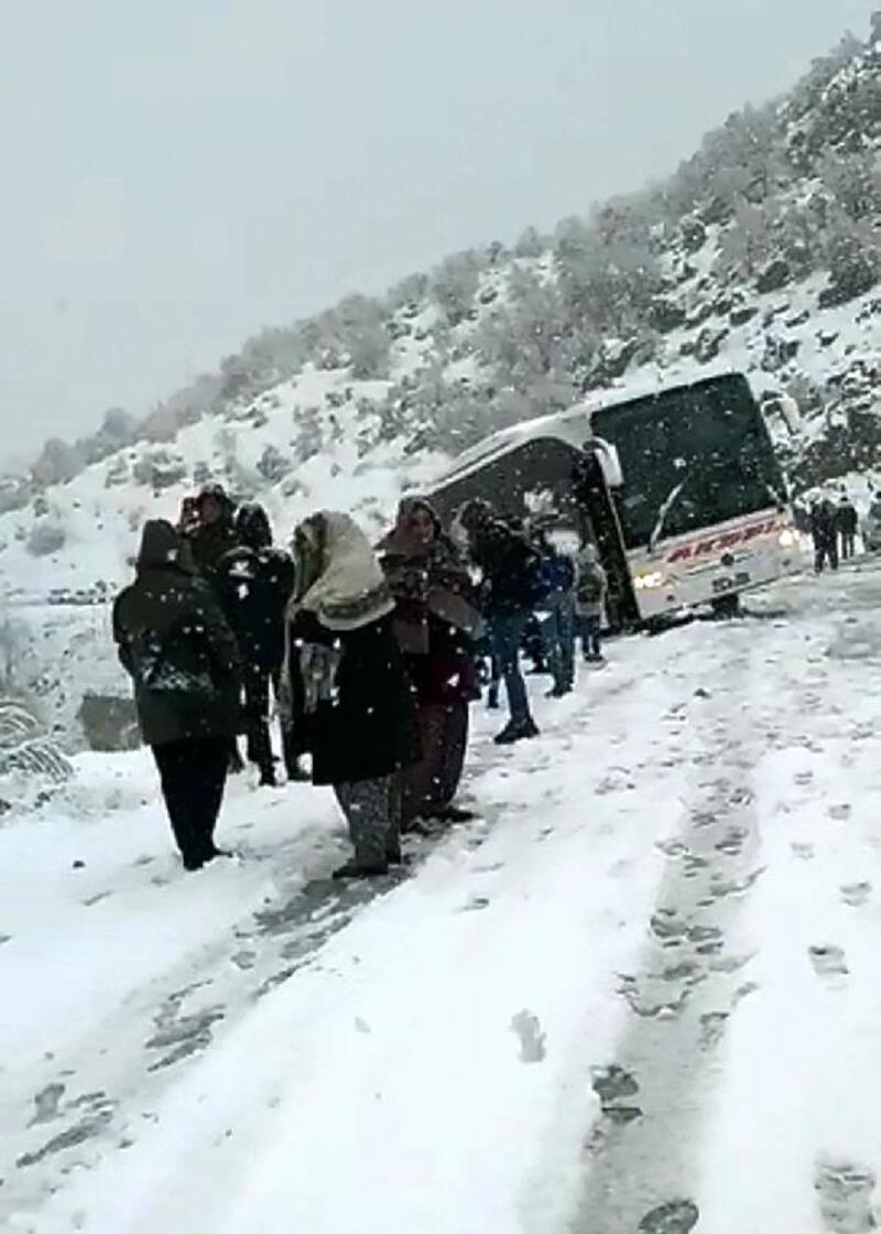 Kayan yolcu otobüsü, uçurumun kenarında durdu