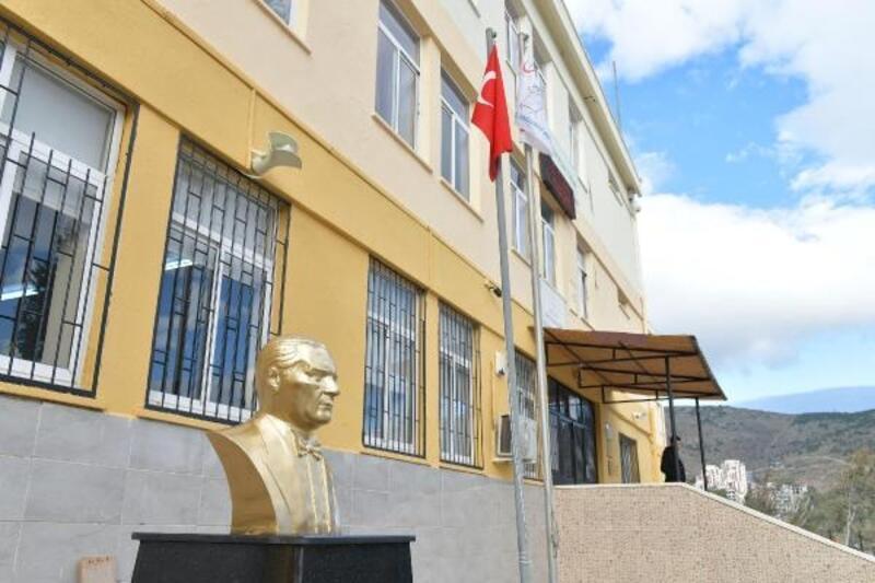 Çiğli Belediyesi'nden okullara Atatürk büstü