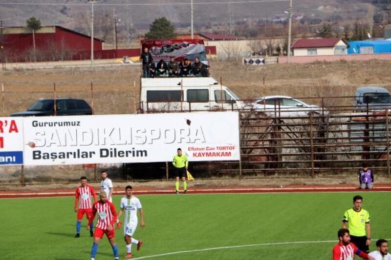Takımının maçlarını minibüs üzerindeki seyyar tribünde mangal yaparak izliyor