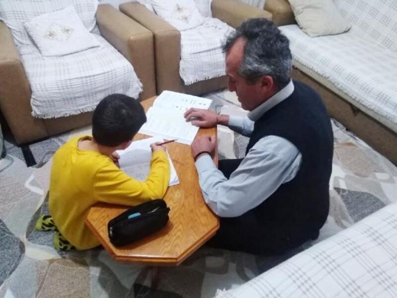 Oğluna evde eğitim veriyor