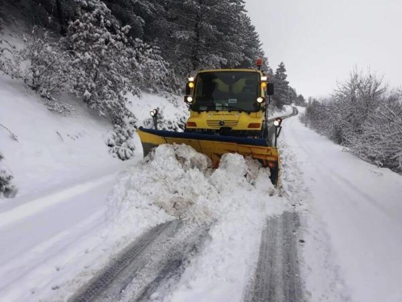 Ödemiş'te 50 santimetreyi bulan karla mücadele sürüyor